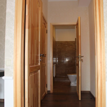 4 c Riga Deluxe Suite entrance and bathroom